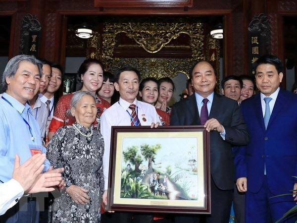 PM visits Bát Tràng ceramics village
