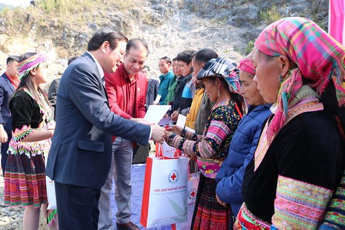 Poor people nationwide presented Tết gifts
