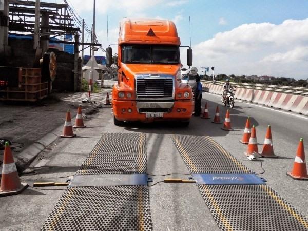 Overloaded trucks destroying Việt Nams roads
