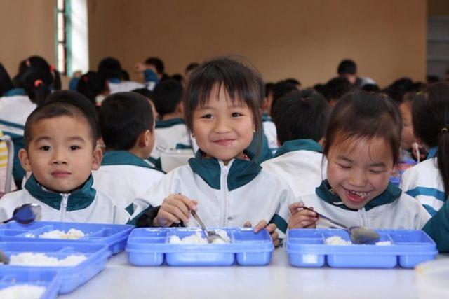 Parents oversee school meals