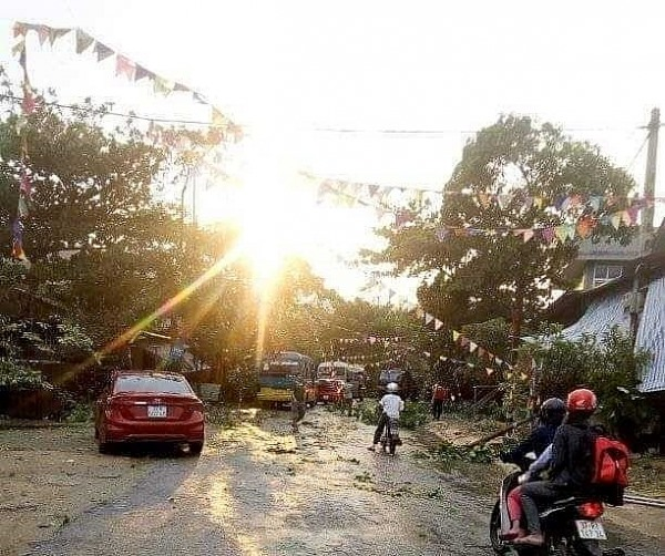 Whirlwind damages at least 50 houses