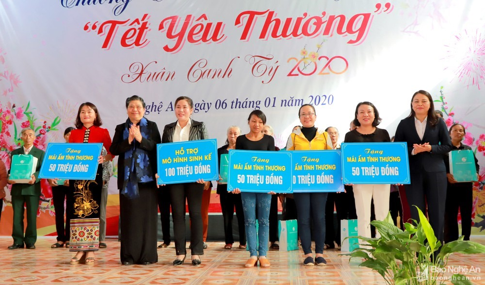 NA Vice Chairwoman presents Tết gifts to Nghệ An residents