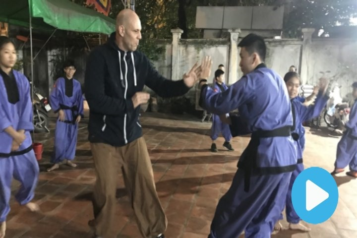 Foreigner passes on Vietnamese martial arts training