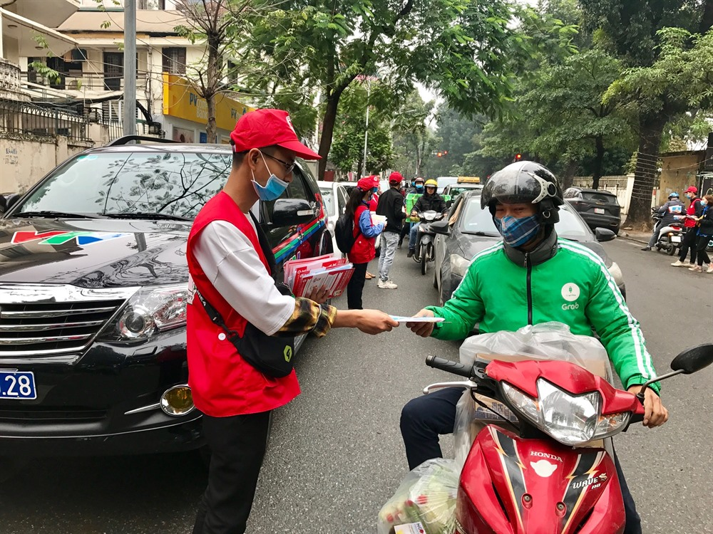 Việt Nam Red Cross provides free masks and hand sanitiser in Hà Nội