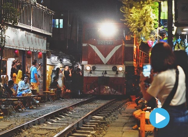 Hà Nội to close café shops along railway system