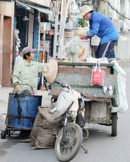 City offers help to private garbage collectors