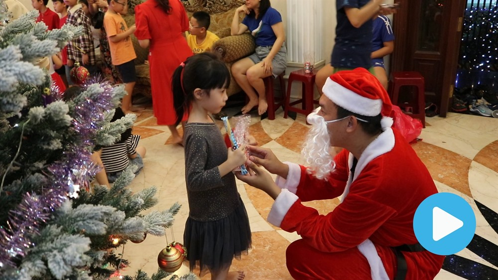 Students play Santas spread Christmas joy in HCM City