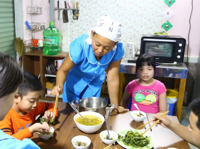 Japanese teacher breaks barriers with autistic Vietnamese children