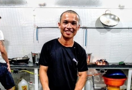 Man walks from HCMC to Hà Nội for charity