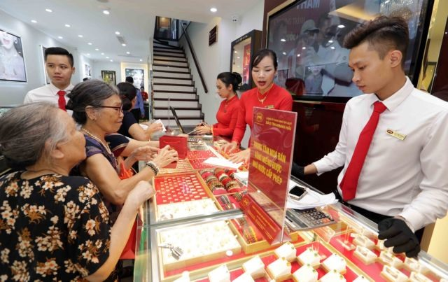Gold prices ease after soaring