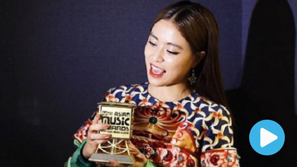 Singer Linh wins Mnet Asian Music Awards