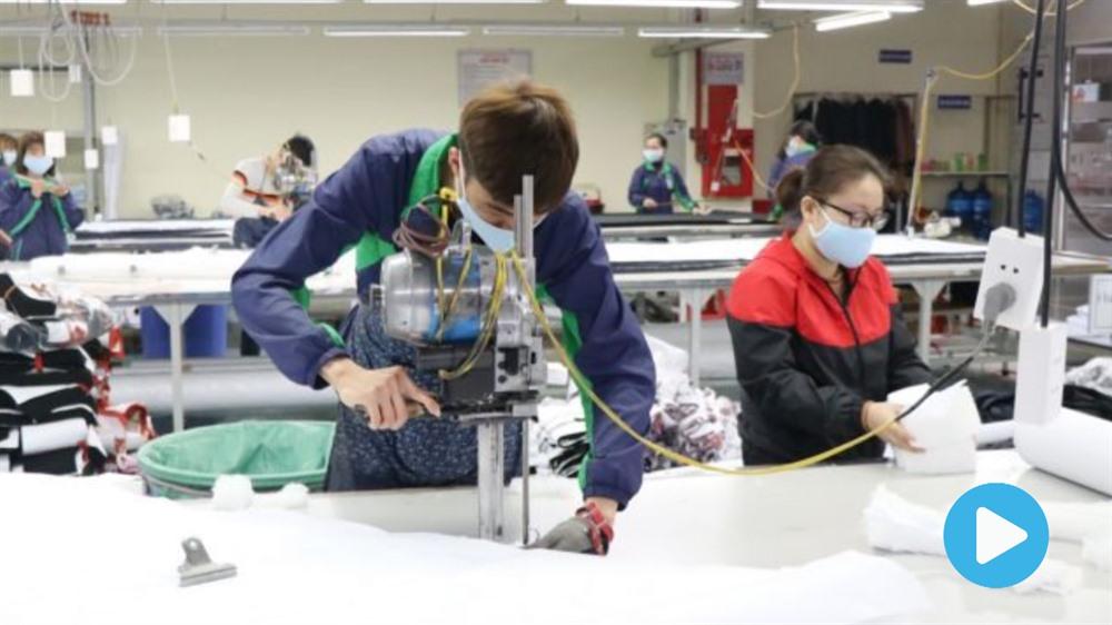 Việt Nam boosts production of face masks