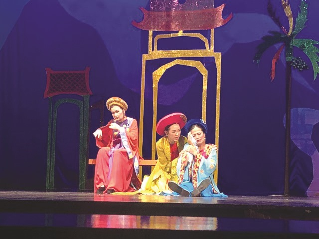 Fashion designer Hoàng takes part in theatrical world