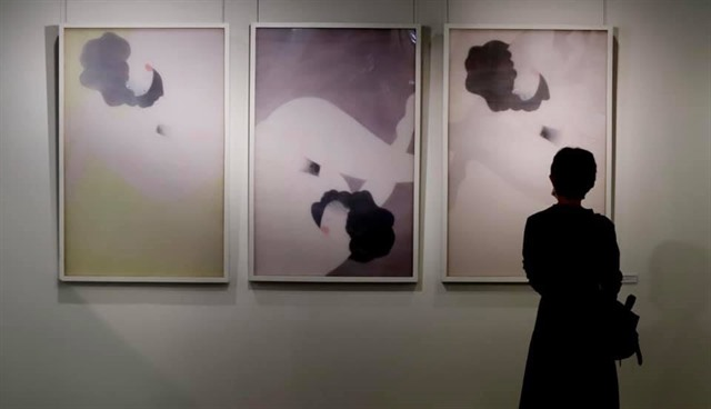 Artist offers a new take onnude silk painting