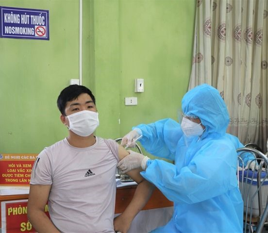 Bắc Giang Province protects lychee traderswith COVID-19 vaccines