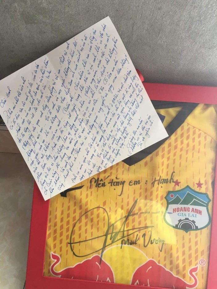 HAGL star sends gift to encourage female player in her fight with lupus