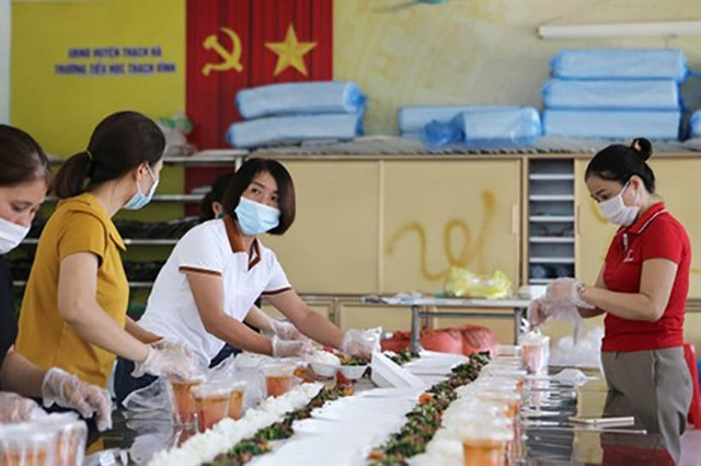 Volunteers feed thousands isolated by COVID in Hà Tĩnh