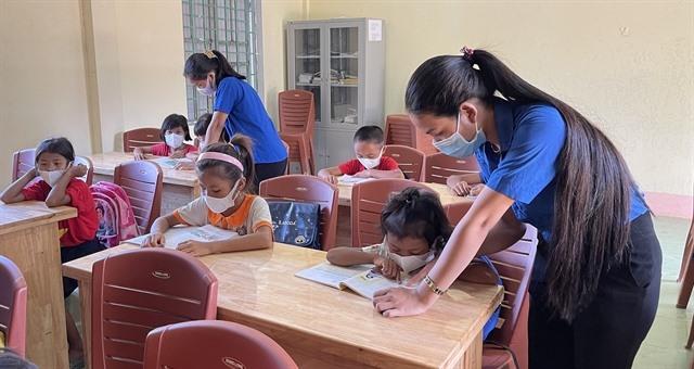 Young volunteers helpteachQuảng Trị students
