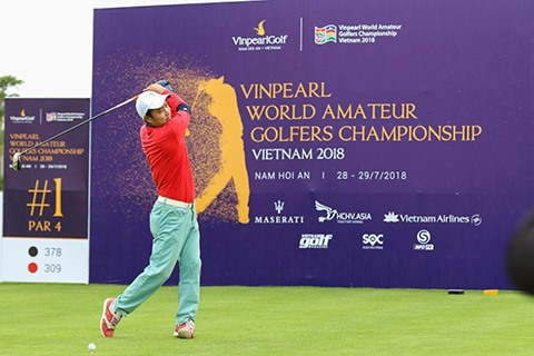 Former football player Nguyễn Hồng Sơn compete golf with musician Minh Khang at Vinpearl Golf South Hội An