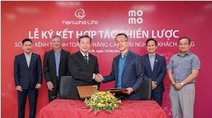 Hanwha Life Vietnam signs strategic cooperation with MoMo e-wallet and Payoo intermediary payment service provider to enhance service quality and experience for customers