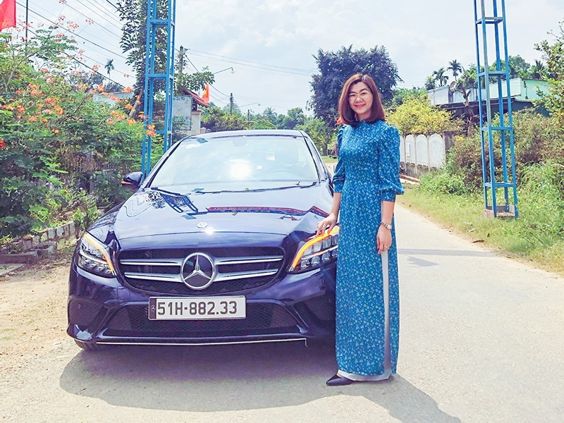 Won a deep blue Mercedes-Benz  a teardrop story of poor village girl