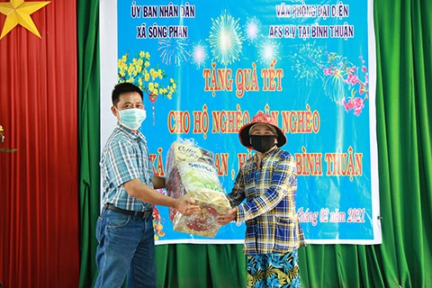 AES Vietnam presents Tet gifts to 100 poor households in Binh Thuan Province