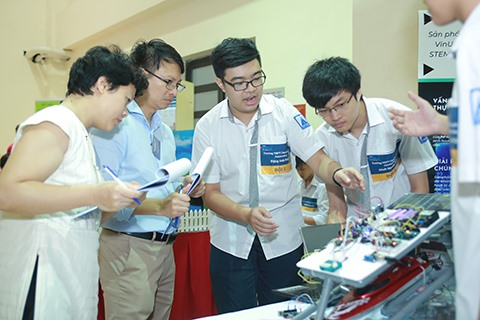 STEAM for Vietnam and VinUni to coordinate in organizing robotics course for high school students