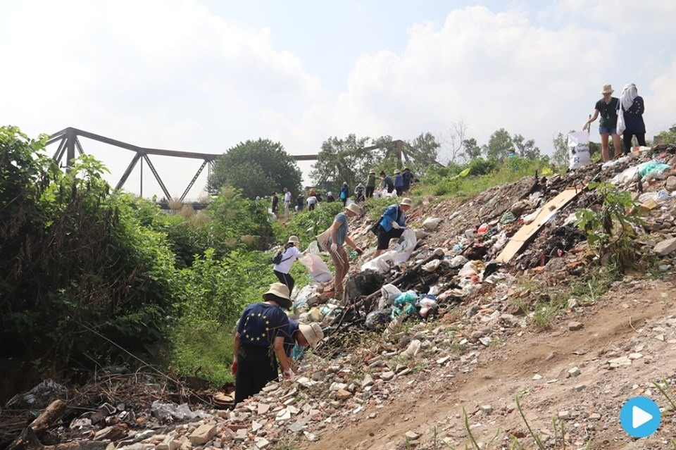 Volunteers clean up garbage in Hà Nội