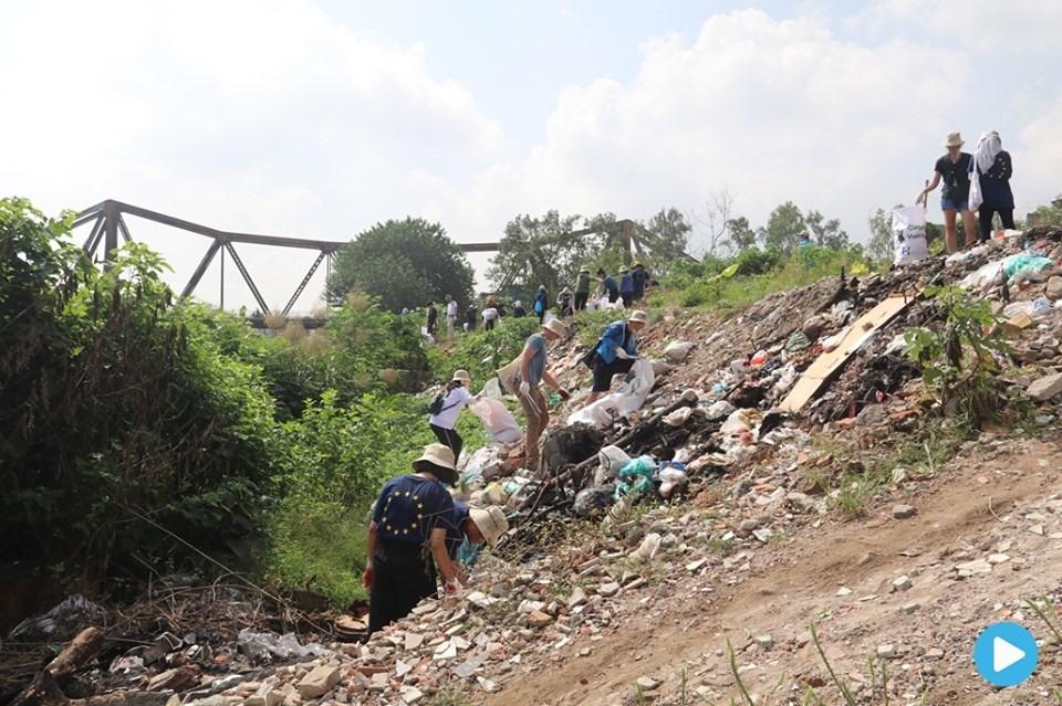 Volunteers clean up garbage in Hà Nội