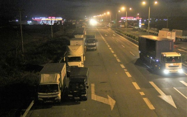 Long-haul truck drivers illegally park on highway to sleep