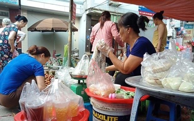 Despite campaign Hà Nộis markets still flooded with plastic waste