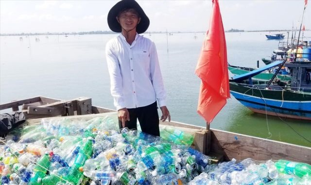 Huế fisherman cleans up the ocean