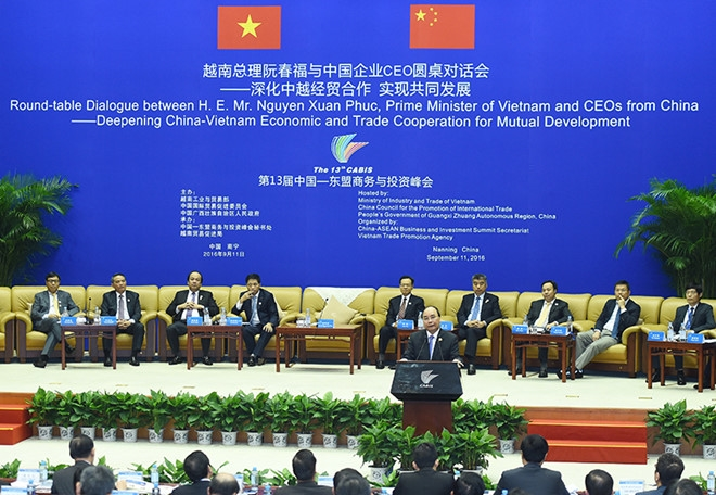 PM chairs roundtable dialogue with Chinese CEOs