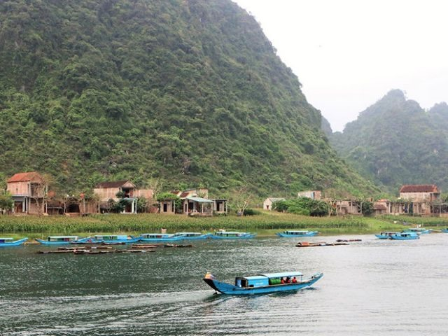 Phong Nha villagers rowing against the current