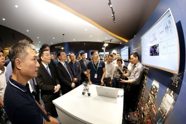 PM Phuc speaks with Japanese businesses about training IT workers