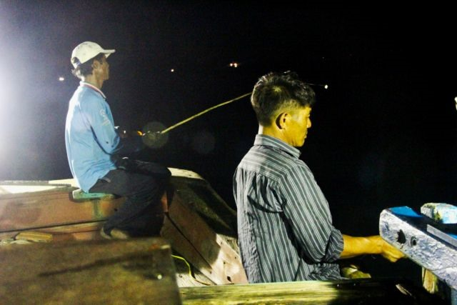 Nghệ An fishermen battle the waves in search of squid