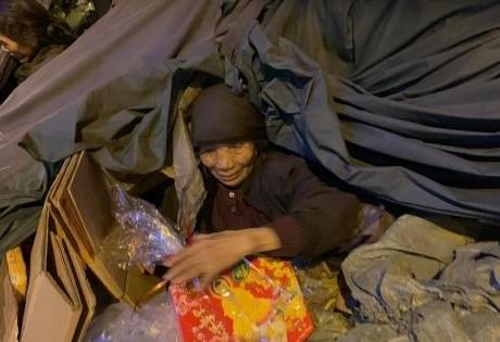 Volunteers help homeless people
