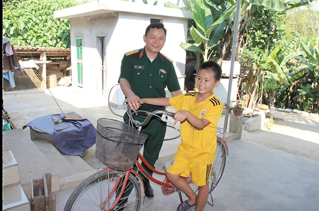 Soldiers give bicycles to poor children in Nghệ An