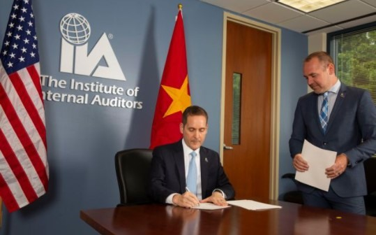 IIA signs agreement with Việt Nam Ministry of Finance
