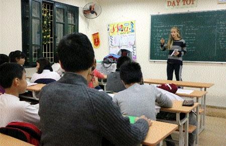 Volunteers help kids learn English