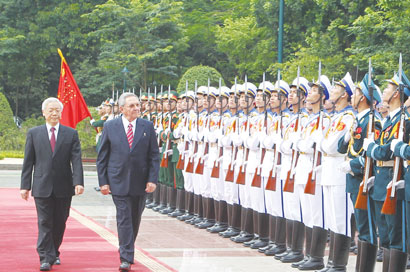 Viet Nam and Cuba look to bolster ties as Raul Castro arrives in Ha Noi