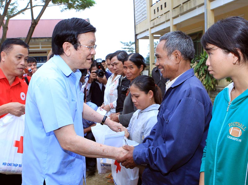 President Sang offers gifts to flood victims