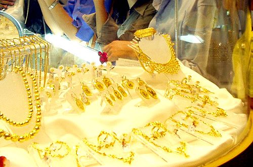 Gold loses its sheen as global prices drop off