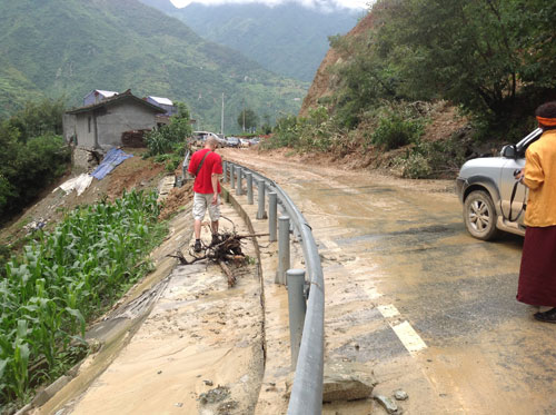 Vietnamese tourists freed from landslide