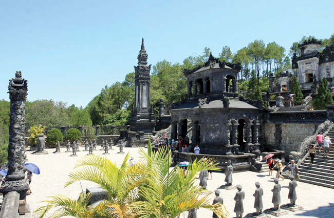 Hue lures visitors with big bargains