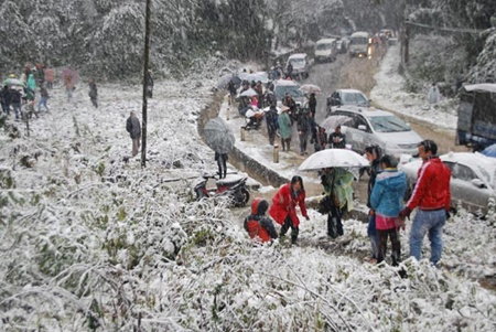 Snow covers all of Sapa Town in Lao Cai Province. The snowfall led to constant traffic congestion on the road from Lao Cai City to Sa Pa, as thousands of tourists flock to the town to admire the rare sight.