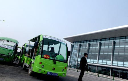 The Ministry of Transport has approved the use of electric cars on a trial basis at the Noi Bai International Airport to help passengers move between terminals easily.
