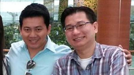 Entrepreneur Gabriel Kang (right) approached Vietnamese tourist Pham Van Thoai (left) at Changi Airport Terminal 3 to surprise him with an iPhone and local delicacies such as kaya, bak kwa and chilli crab sauce.