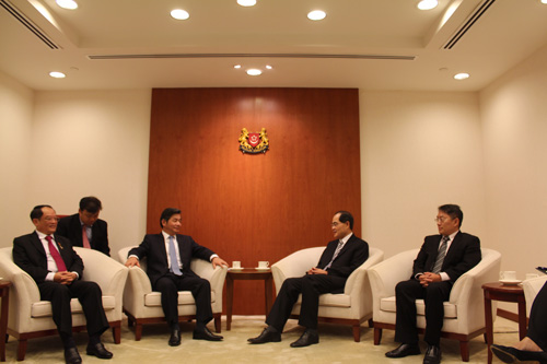Investment minister pays visit to Singapore