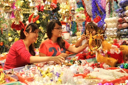 The spirit of Christmas is strong in Viet Nam. People have made decorations, Santa Claus has been visiting some people and many Christmas art performances have been put on. There are also many Christmas trees. One is made from old plastic bottles, especially to offer an environmental message.